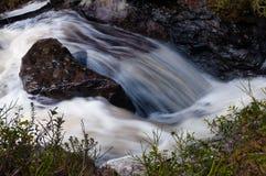Очистите, свежая вода при утесы пропуская в глуши горы на весеннем времени Стоковая Фотография RF