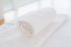 Очистите свернутые белые полотенца Стоковые Фотографии RF