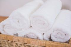 Очистите свернутые белые полотенца Стоковое фото RF