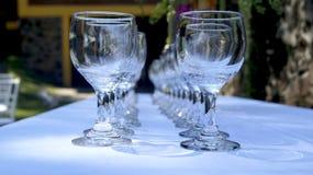 Очистите стеклянные чашки в саде Стоковая Фотография