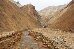 Очистите только безжизненное река бежать среди дезертированных холмов, Исландия Стоковые Изображения