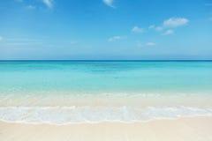 Очистьте белый пляж стоковая фотография rf