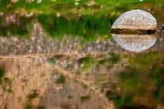 очистьте камень реки отражений Стоковая Фотография