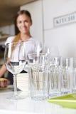 Очистьте тарелки в кухне стоковая фотография rf