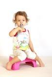 очищает зубы девушки маленькие Стоковое Изображение