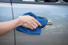 Очищать автомобиль с тканью microfiber Стоковое Фото