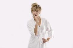 очищать ее женщину зубов стоковое фото rf