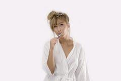 очищать ее женщину зубов стоковое изображение rf