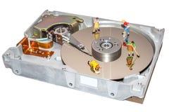 Очищать жёсткий диск Женщина очищает HDD Figurine женщины уборщики Стоковая Фотография