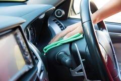 Очищать интерьер автомобиля с зеленой тканью microfiber Стоковое фото RF