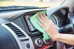 Очищать интерьер автомобиля с зеленой тканью microfiber Стоковая Фотография