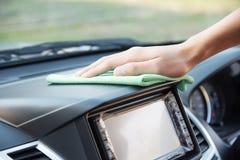 Очищать интерьер автомобиля с зеленой тканью microfiber Стоковые Фотографии RF