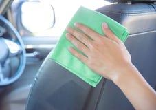 Очищать интерьер автомобиля с зеленой тканью microfiber Стоковая Фотография RF