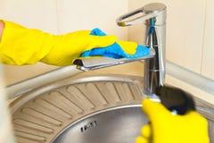 Очищать концепцию faucet кухни Стоковые Изображения