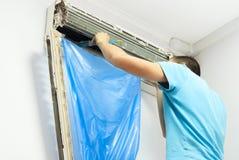 Очищать кондиционер воздуха Стоковые Фото
