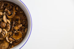 Очищать некоторые грибы для обеда Стоковые Изображения