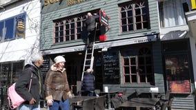очищать окна его ресторана Schifferborse акции видеоматериалы