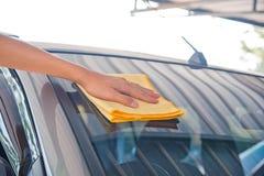 Очищать стекло автомобиля Стоковое Изображение RF