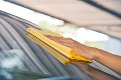Очищать стекло автомобиля Стоковое Фото