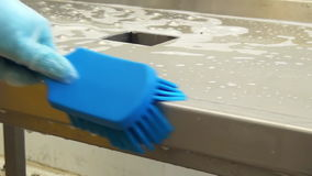 Очищать щетку разделочного стола голубую акции видеоматериалы