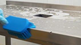 Очищать щетку разделочного стола голубую сток-видео