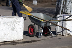 Очищающ улицы вручную Стоковое Изображение