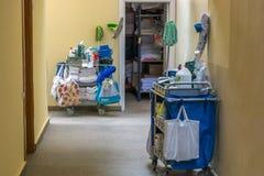 Очищая вагонетка уборщиц в гостинице стоковое изображение rf