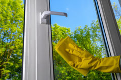 Очищая закрытое пластичное окно винила Стоковые Изображения RF