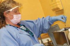 очищая зубоврачебные аппаратуры стоковые фотографии rf