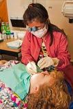 очищая зубы зубоврачебного гигиениста терпеливейшие s стоковое изображение rf