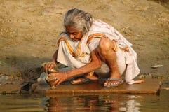 очищая индусская утварь молитве пилигрима Стоковые Фото