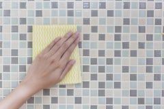 Очищая красочная стена рукой женщины Стоковые Изображения RF