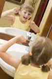 очищая милые зубы девушки зубочистки Стоковые Фотографии RF