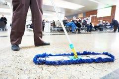 Очищая пол общественной залы Стоковое Фото
