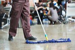 Очищая пол общественной залы Стоковые Фотографии RF