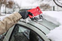Очищая снежный автомобиль в зиме Стоковое Фото