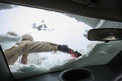 Очищая снежный автомобиль в зиме Стоковая Фотография RF