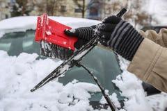Очищая снежный автомобиль в зиме Стоковые Изображения