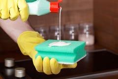 Очищая стекл-керамическое cooktop Стоковая Фотография RF