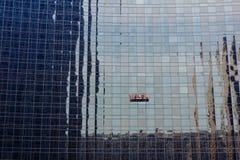 Очищая стеклянная стена Стоковые Фото