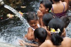 Очищение в священной святой ключевой воде, Бали стоковые изображения rf