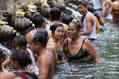 Очищение в священной святой ключевой воде, Бали стоковое изображение