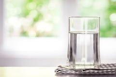очищенная свежая вода питья от бутылки на таблице в живя ro Стоковая Фотография