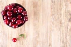 Очищенные вишни в чашке на таблице стоковые изображения