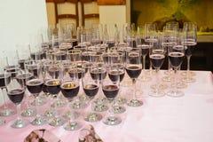 Очки изолированное вино waite om красное венчание Стоковое фото RF