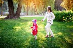 дочь ее игры мамы Стоковые Фотографии RF
