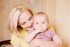 дочь ее мать удерживания маленькая Стоковые Изображения
