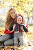 дочь ее маленький играть мати стоковая фотография