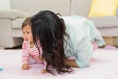дочь младенца счастливая ее мать Стоковая Фотография