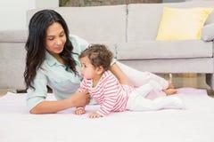 дочь младенца счастливая ее мать Стоковые Изображения
